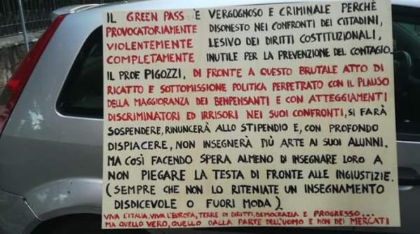 """Cartello di un docente """"Green pass vergognoso, disonesto e inutile"""""""